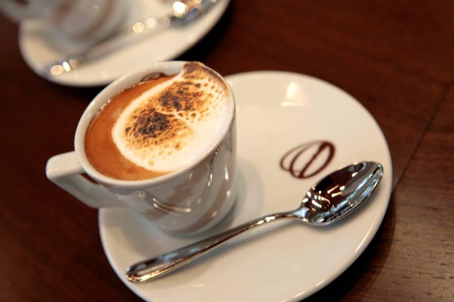 """<a href=""""http://viajeaqui.abril.com.br/estabelecimentos/br-sp-sao-paulo-restaurante-octavio-cafe-bistro"""" rel=""""Octavio Café (São Paulo)""""><strong>Octavio Café (São Paulo)</strong></a>Os cafés e blends do <strong>Octavio Café</strong> são produzidos na fazenda da família, em <a href=""""http://viajeaqui.abril.com.br/cidades/br-sp-pedregulho"""" rel=""""Pedregulho"""">Pedregulho</a>, na Alta Mogiana. Além das tradicionais bebidas, a cafeteria tem drinks gelados como Cookies ao Café (sorvete de nata, cookies, café e chantili) e Café Gelado (suco de laranja com café, limão e açúcar). Para saborear o melhor da bebida e da maneira preferida, há 10 opções de extração, entre elas métodos filtrados com <strong>hario, chemex, pano e aeropress</strong>. <em>Av. Brig. Faria Lima, 2996 (Jd. Paulistano) 11/3074-0110</em>"""