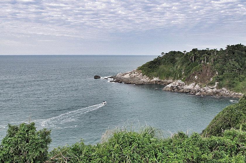 """<strong>10. Praia Estaleiro, Porto Belo</strong> Cercada por dois costões, tem água verdinha, perfeita para um mergulho. A pequena faixa de areia, de apenas 150 metros, é muito disputada por famílias nos fins de semana. <a href=""""https://www.booking.com/searchresults.pt-br.html?aid=332455&lang=pt-br&sid=eedbe6de09e709d664615ac6f1b39a5d&sb=1&src=index&src_elem=sb&error_url=https%3A%2F%2Fwww.booking.com%2Findex.pt-br.html%3Faid%3D332455%3Bsid%3Deedbe6de09e709d664615ac6f1b39a5d%3Bsb_price_type%3Dtotal%26%3B&ss=Praia+do+Estaleiro%2C+Porto+Belo%2C+Santa+Catarina%2C+Brasil&checkin_monthday=&checkin_month=&checkin_year=&checkout_monthday=&checkout_month=&checkout_year=&no_rooms=1&group_adults=2&group_children=0&from_sf=1&ss_raw=Praia+Estaleiro&ac_position=1&ac_langcode=xb&dest_id=256856&dest_type=landmark&search_pageview_id=d1c76f3ad2d90494&search_selected=true&search_pageview_id=d1c76f3ad2d90494&ac_suggestion_list_length=5&ac_suggestion_theme_list_length=0&map=1#map_opened"""" target=""""_blank"""" rel=""""noopener""""><em>Busque hospedagens na Praia Estaleiro no Booking.com</em></a>"""