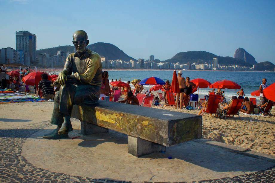 Junto com o Cristo Redentor, a estátua de Carlos Drummond de Andrade é um dos monumentos mais visitados (e fotografados) do Rio de Janeiro (RJ)