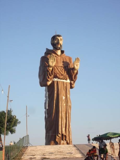 """<strong>6. Estátua de São Francisco das Chagas, Canindé, <a href=""""http://viajeaqui.abril.com.br/estados/br-ceara"""" rel=""""Ceará"""" target=""""_self"""">Ceará</a></strong>São Francisco das Chagas é o nome dado a São Francisco de Assis no Nordeste. A história conta que, no final de sua vida, São Francisco recebeu as Chagas de Cristo. A homenagem dada ao Santo dos Pobres pelo Mestre Bibi, em formato de um gigantesco monumento no Alto do Moinho, com mais de 30 metros de altura, atrai uma quantidade imensa de devotos à região. A imagem, no entanto, é bem intimidadora..."""