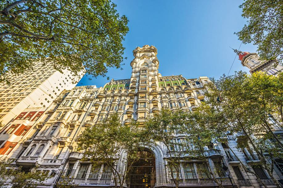 """<strong>2. <a href=""""http://palaciobarolotours.com"""" rel=""""Palacio Barolo"""" target=""""_blank"""">Palacio Barolo</a></strong> (560 metros)     O edifício de 1923 é inspirado na Divina Comédia, de Dante Alighieri. O térreo, com arcadas decoradas por gárgulas, representa o inferno; os 14 andares intermediários, o purgatório; e a parte central, o paraíso.<em>Avenida de Mayo, 1370</em>"""