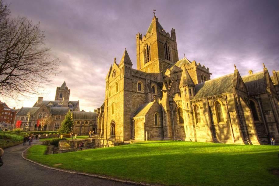 """Em <a href=""""http://viajeaqui.abril.com.br/cidades/irlanda-dublin"""" rel=""""Dublin"""">Dublin</a>, a Catedral da Santíssima Trindade é considerada a igreja medieval mais antiga da capital irlandesa - a segunda seria a de São Patrício. É aqui que fica a cripta mais antiga do Reino Unido, aberta à visitação"""