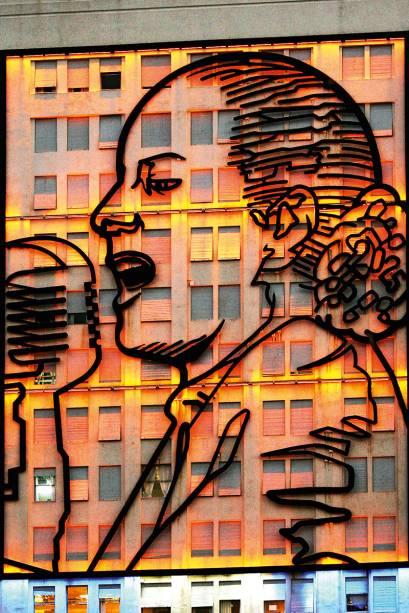 <strong>4. Mural de Evita</strong> (300 metros)    Trata-se, na verdade, de dois imensos painéis com os desenhos de Evita Perón estampados um de cada lado de um prédio – nesse roteiro, vê-se a ilustração do lado norte.<em>Esquinas das avenidas 9 de Julio e Belgrano</em>