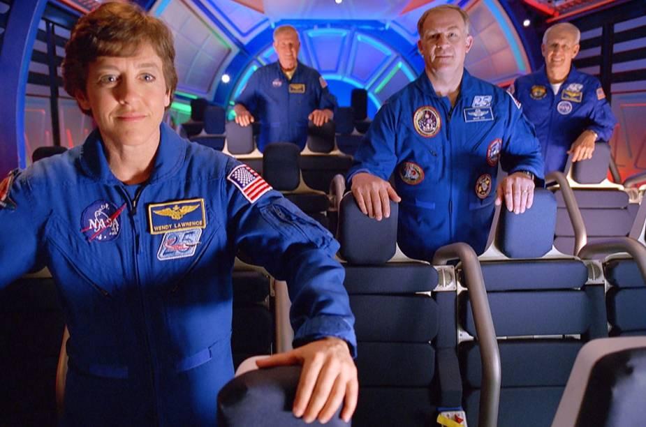 Astronautas participam da experiência de decolagem de um ônibus espacial no brinquedo Shuttle Launch Experience, no Kennedey Space Center, Flórida