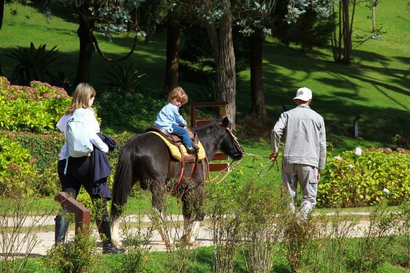 """<strong>7. <a href=""""http://viajeaqui.abril.com.br/estabelecimentos/br-sp-campos-do-jordao-hospedagem-vila-inglesa"""" rel=""""Vila Inglesa"""" target=""""_blank"""">Vila Inglesa</a></strong>                                                                Pelo jardim do hotel espalham-se atividades de lazer como arvorismo, passeios a cavalo e de bicicleta.O foco do hotel é em famílias e há recreação o ano todo                                                                <a href=""""http://www.booking.com/hotel/br/villa-mazzaropi.pt-br.html?aid=332455&label=viagemabril-camposdojordao"""" rel=""""Faça sua reserva no hotel Vila Inglesa pelo Booking.com"""" target=""""_blank"""">Faça sua reserva no hotel Vila Inglesa pelo Booking.com</a>"""