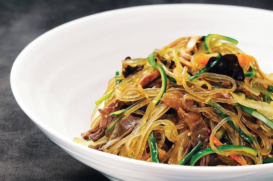 <strong>Japchae</strong>    Se você for a uma festa coreana, provavelmente vai encontrar japchae. O prato é servido em ocasiões especiais. Trata-se de macarrão de batata-doce (o dangmyeon), refogado com espinafre, cenoura, cogumelos, carne e cebolas fritas