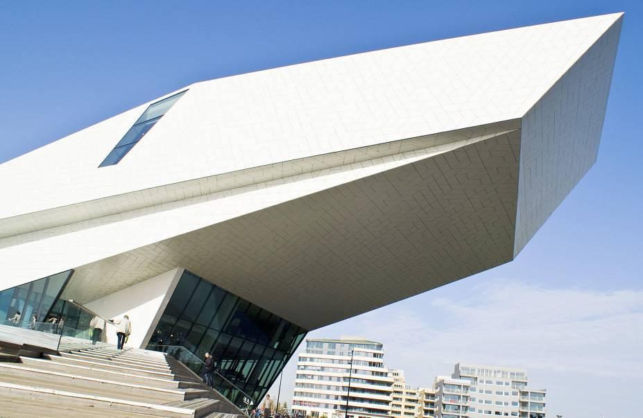 """<strong><a href=""""https://www.eyefilm.nl/en"""" target=""""_blank"""" rel=""""noopener"""">EYE</a>, <a href=""""http://viajeaqui.abril.com.br/cidades/holanda-amsterda/fotos"""">Amsterdã</a></strong> O único museu do país dedicado exclusivamentea filmes e à cinematografia, o EYE tem arquitetura moderníssima que já valeria a visita por si só. Além de ter uma vasta programação diária de filmes e exposições que exploram o universo cinematográfico, também tem um agradável restaurante e café com vista para o rio IJ (pronunciado como o nome do museu)."""