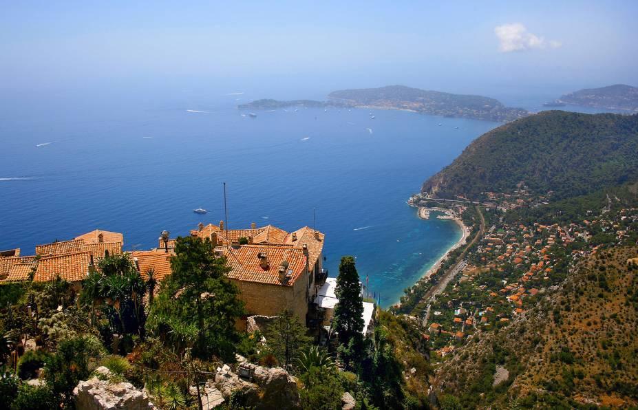 A magia mediterrânica de Côte d'Azur transcende em Eze. As casinhas de pedra se equilibram em um monte verde com uma vista estupidamente bonita do mar. Nas ruazinhas é fácil notar o passado medieval pelas construções e fortificações