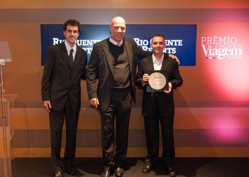 Manoel Carlos Cardoso (centro), do Rio Quente Resorts, ganhou o Prêmio O Melhor de VT 2013/14 de Eduardo Merli (esquerda), editor de hotelaria do GUIA QUATRO RODAS