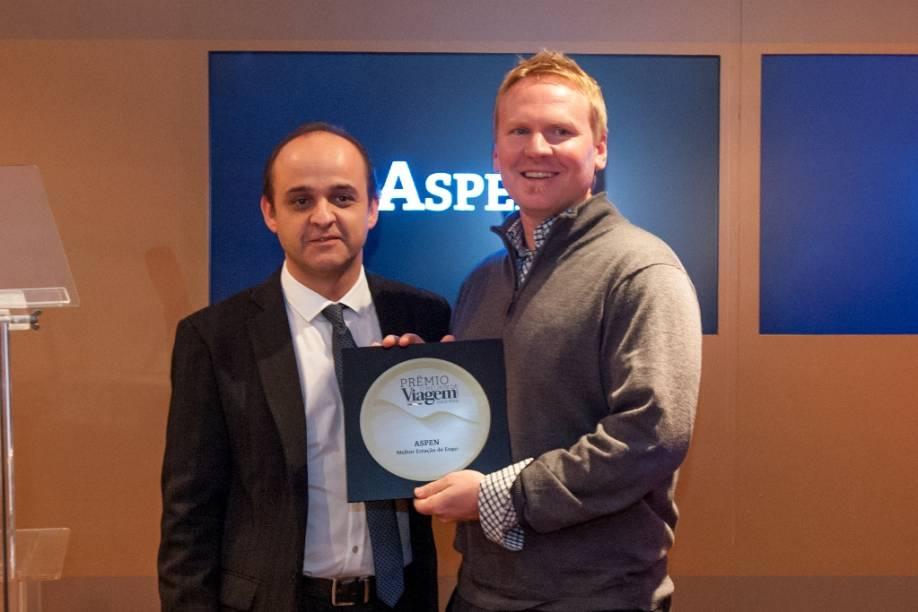 """Aspen recebeu o Prêmio O Melhor de Viagem e Turismo 2013/14 como """"Melhor Estação de Esqui"""". Ian Douglas, gerente marketing e vendas, recebeu a placa das mãos de Almir de Freitas, redator-chefe de <em>Viagem e Turismo</em>"""