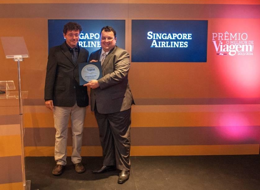 """Marcos Souza (direita), diretor de desenvolvimento de mercado e serviços da Singapore Airlines, recebeu das mãos de Fernando Souza o Prêmio O Melhor de Viagem e Turismo 2013/14 na categoria """"Melhor Companhia Aérea Internacional"""""""