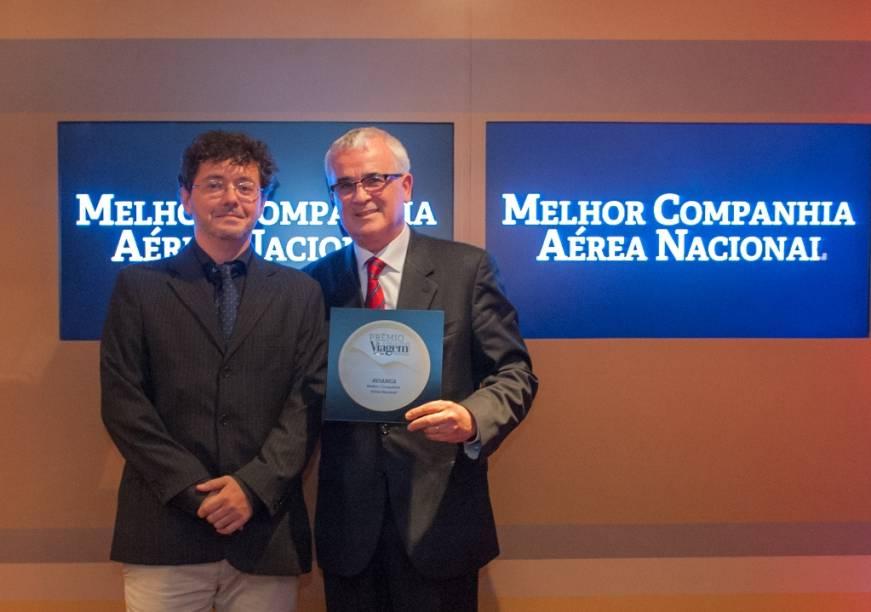 Tarcisio Gargioni, vice-presidente de marketing comercial e cargas da Avianca, recebeu das mãos do editor Fernando Souza a placa de Melhor Companhia Aérea Nacional