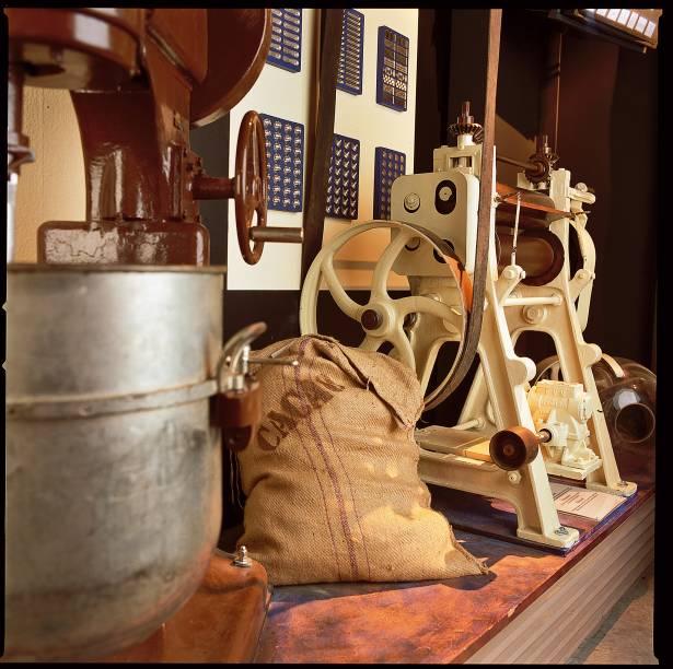 """<strong><a href=""""http://musee-du-chocolat.com/"""" rel=""""Musée les Secrets du Chocolat"""" target=""""_blank"""">Musée les Secrets du Chocolat</a> <a href=""""http://viajeaqui.abril.com.br/paises/franca"""" rel=""""(França)"""" target=""""_blank"""">(França)</a></strong>    O passeio pelo museu começa em uma sala de conferência, onde é exibido um filme sobre o cacau e o chocolate. Logo após, o visitante faz uma viagem pelo tempo num espaço com cenários que remetem ao período dos Astecas e passa por uma exposição de máquinas antigas que eram utilizadas para triturar os grãos e produzir a manteiga de cacau. No final do tour há um workshop para demonstrar como é feito o chocolate artesanal"""
