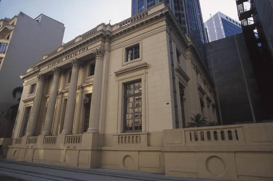"""<strong>11. <a href=""""http://viajeaqui.abril.com.br/estabelecimentos/br-rj-rio-de-janeiro-atracao-academia-brasileira-de-letras"""" rel=""""ACADEMIA BRASILEIRA DE LETRAS"""" target=""""_self"""">ACADEMIA BRASILEIRA DE LETRAS</a></strong> (1 km)            A construção de 1923, réplica do Petit Trianon, de Versalhes, reúne os 40 escritores imortais do país. Visitas guiadas culminam no famoso salão de chá.            <em>Endereço: Avenida Presidente Wilson, 203</em>"""