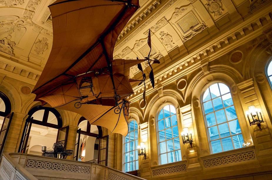 """<strong>4. Ainda em Paris</strong>        """"No <a href=""""http://arts-et-metiers.net/"""" rel=""""Museu de Artes e Ofícios"""" target=""""_blank"""">Museu de Artes e Ofícios</a>, gaste o tempo que for para ver o Pêndulo de Foucault. Se der uma fominha, peça um Boco na Rue des Capucines, com uma taça de Marigny."""""""