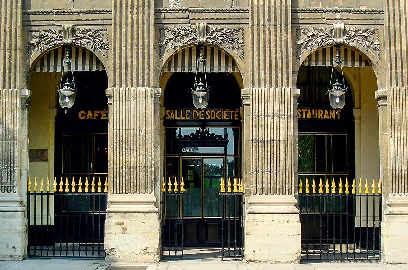 """<strong>2. Em Paris</strong>        """"Para um jantar romântico, vá ao <a href=""""http://www.grand-vefour.com/"""" rel=""""Le Grand Vefour"""" target=""""_blank"""">Le Grand Vefour</a>, no Palais Royal: você pode se sentar no lugar do próprio Napoleão para saborear o melhor da cozinha francesa com serviço magnífico."""""""