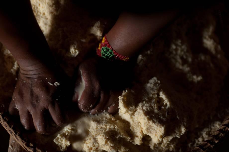 Na aldeia Quatro Cachoeiras, que também faz parte da Rota dos Parecis, os turistas aprendem a preparar a chicha, bebida fermentada feita com mandioca.        Pedaços de mandioca ralada são colocados em uma bacia e levados para secar no quintal ou guardados em cima do jirau. Quando estão totalmente secos e duros, são pilados, reduzidos a pó e misturados a polvilho já seco. Esse pó é torrado, e acrescido de água e açúcar. Filtra-se esta mistura, e a chicha queimada está pronta. Ela é então armazenada em cabaças e se torna uma bebida gaseificada com leve teor alcoólico