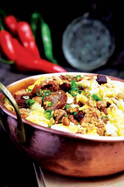 <strong>6. Feijão-tropeiro mineiro</strong>A receita, uma mistura de feijão cozido, farinha de mandioca e linguiça, era a alimentação básica dos trabalhadores que transportavam mercadorias em lombo de burro