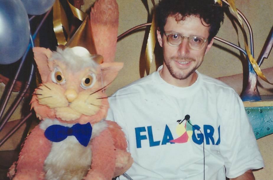 Fernando Gomes, manipulador do Gato Pintado, durante um intervalo nas gravações do programa