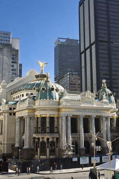 """<strong><a href=""""http://viajeaqui.abril.com.br/estabelecimentos/br-rj-rio-de-janeiro-atracao-theatro-municipal"""" rel=""""Theatro Municipal"""" target=""""_blank"""">Theatro Municipal</a>, <a href=""""http://viajeaqui.abril.com.br/cidades/br-rj-rio-de-janeiro"""" rel=""""Rio de Janeiro"""" target=""""_blank"""">Rio de Janeiro</a></strong>            Quase não se dá para notar de tão pequenas, mas essas janelinhas do edifício são um verdadeiro tesouro nacional"""