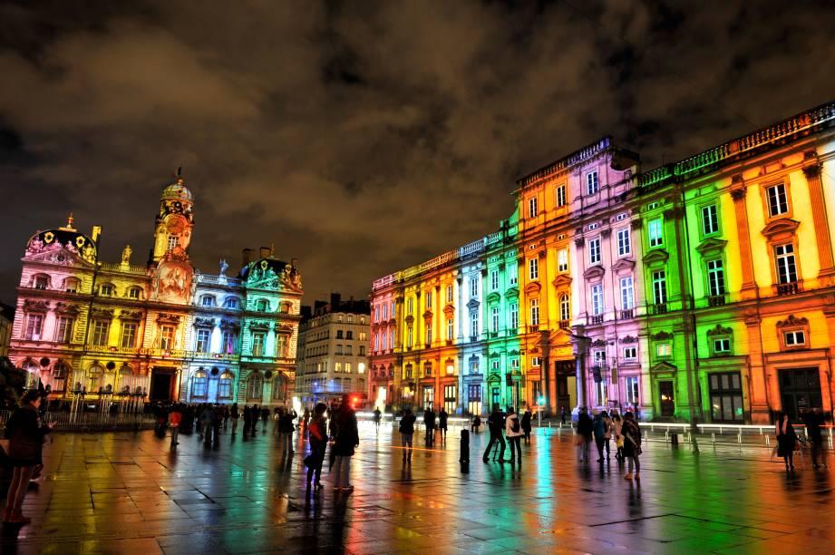 "Luzes, vídeos e cores tomam as fachadas de <a href=""http://viajeaqui.abril.com.br/cidades/franca-lyon/fotos#6"" rel=""Lyon"" target=""_blank"">Lyon</a> durante a Fête des Lumières, que acontece sempre em dezembro"