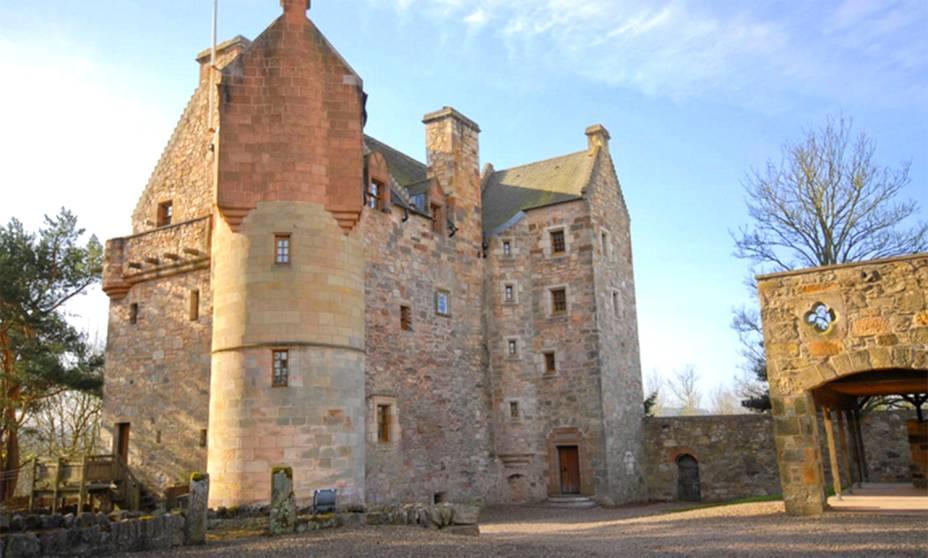 """<strong>Fife, <a href=""""http://viajeaqui.abril.com.br/paises/escocia"""" rel=""""Escócia"""" target=""""_self"""">Escócia</a></strong>            Terra de pessoas orgulhosas e paisagens bucólicas, a Escócia é uma das grandes escolhas de casais mais tradicionais. O castelinho resume bem a identidade do país, repleto de muita história. Localizado a uma hora de <a href=""""http://viajeaqui.abril.com.br/cidades/escocia-edimburgo"""" rel=""""Edimburgo"""" target=""""_self"""">Edimburgo</a>, ele é o palco perfeito para casamentos à moda antiga. <strong><a href=""""https://www.airbnb.com.br/rooms/330808?s=TNR4"""" rel=""""Alugue aqui"""" target=""""_blank"""">Alugue aqui</a></strong>            <em><a href=""""http://www.booking.com/city/gb/edinburgh.pt-br.html?aid=332455&label=viagemabril-lugares-incr%C3%ADveis-para-casar"""" rel=""""Veja preços de hotéis próximos a Fife no Booking.com"""" target=""""_blank"""">Veja preços de hotéis próximos a Fife no Booking.com</a></em>"""