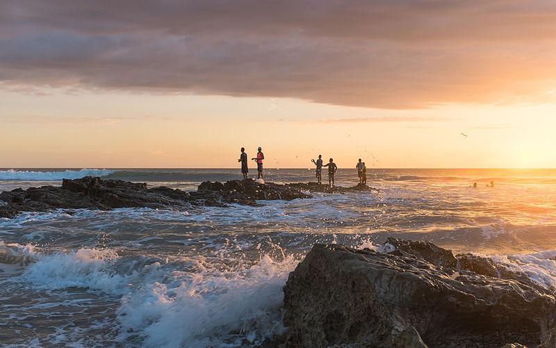 <strong>Praia Santa Tereza</strong> é destino certo para surfistas. Além dessa área com pedras, retratada acima, a praia na<strong> costa pacífico</strong> da Costa Rica tem larga faixa de areia e ondas constantes.Na cidade há pousadas ecológicas, retiros de ioga e bons restaurantes que cozinham apenas com ingredientes orgânicos.