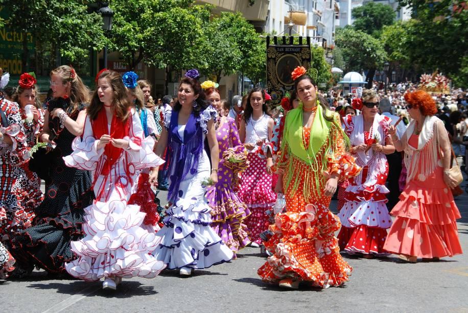 <strong>Espanha: flamenca</strong> Essa é a vestimenta das famosas dançarinas de Flamenco, fenômeno musical que geralmente ocorre em festas na - ou sobre a - Andaluzia, a região sul da Espanha. Seu corte é comprido, até os tornozelos, e conta com muitos (muitos!) babados nas mangas e na barra. Frequentemente, é acompanhado por um xale e as mulheres sempre utilizam sapatos de salto alto e cabelo em coque