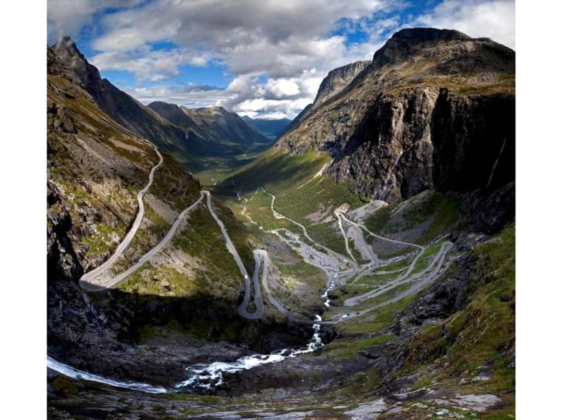 """<strong>Trollstigen, <a href=""""http://viajeaqui.abril.com.br/paises/noruega"""" rel=""""Noruega"""" target=""""_blank"""">Noruega</a></strong>Em pouco mais de cinco quilômetros o Caminho do Troll (ser da mitologia escandinava) é um impressionante zigue-zague entre o fundo do vale e o alto da montanha. Com uma inclinação de 9% (9 metros verticais a cada cem metros horizontais), a estrada é parte da Rodovia 63, que une Valldal a Åndalsnes"""