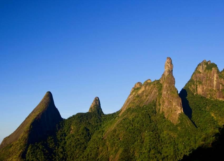 """<strong>19. Parque Nacional da Serra dos Órgãos</strong>Teresópolis abriga a sede mais estruturada do parque (Petrópolis e Guapimirim são as outras entradas), que tem como símbolo o <strong>Pico Dedo de Deus </strong><em>(foto)</em>, a 1692 metros de altitude. O ideal é contratar um <a href=""""http://icmbio.gov.br"""" rel=""""guia credenciado"""" target=""""_blank"""">guia credenciado</a>para caminhadas mais pesadas, caso do trajeto de 11 quilômetros até a Pedra do Sino. Avenida Rotariana, s/n°, Alto, 21/2152-1100."""