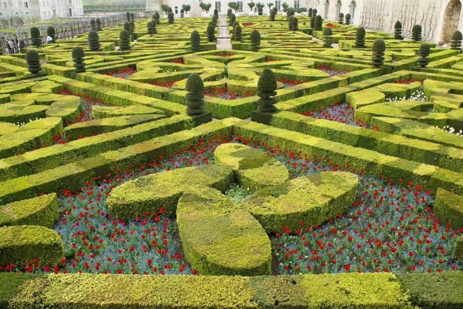 """<strong>Chateau de Villandry, Vale do Loire, França</strong>Versalhes pode ser considerado o mais famoso jardim francês, mas não é páreo para <a href=""""http://viajeaqui.abril.com.br/estabelecimentos/franca-vale-do-loire-atracao-chateau-de-villandry"""" rel=""""Villandry"""" target=""""_blank"""">Villandry</a> em termos de elaboração artística. Seu projeto paisagístico é uma colcha de retalhos e apuro técnico que faz a alegria dos entusiastas por labirintos e padrões simétricos. Construído no século 16 por um dos ministros de Francisco I, teve como base trabalhos renascentistas italianos.Os horários para visitação variam bastante durante o ano, sendo mais longos durante o verão e mais curtos no inverno."""