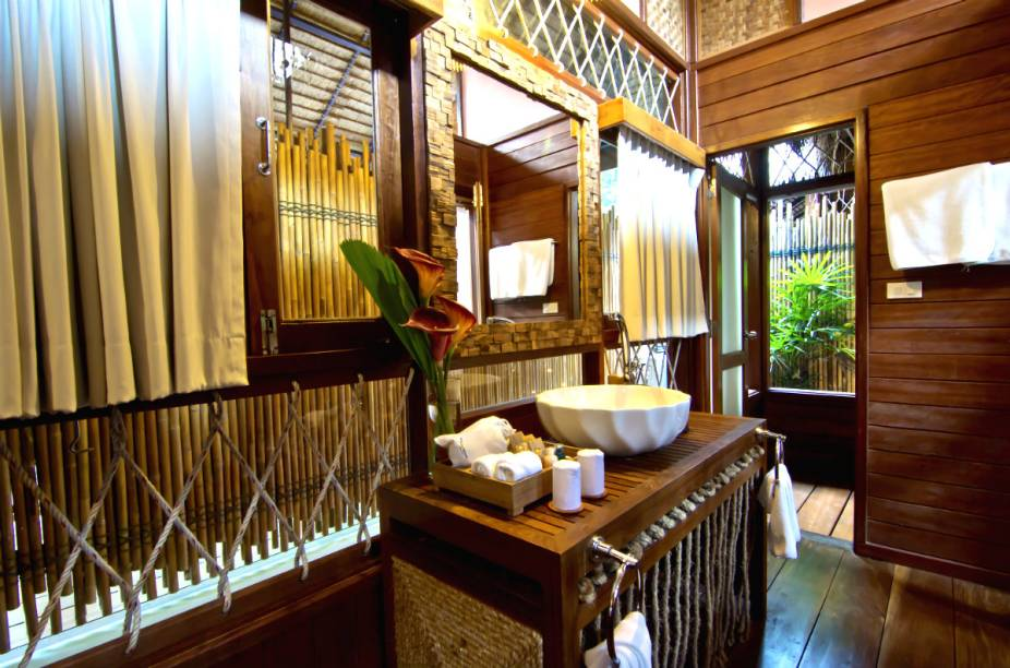 """Banheiro do <a href=""""http://www.booking.com/hotel/th/the-floathouse-river-kwai.pt-br.html?aid=332455&label=viagemabril-hoteisflutuantes"""" rel=""""Float House River Kwai"""" target=""""_blank"""">Float House River Kwai</a>"""
