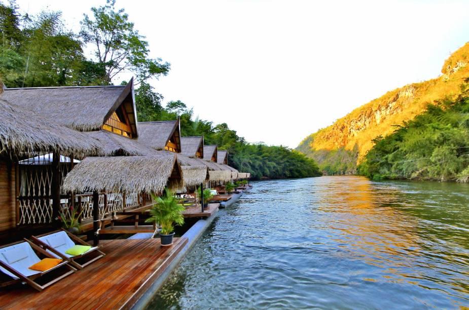 """<strong><a href=""""http://www.booking.com/hotel/th/the-floathouse-river-kwai.pt-br.html?aid=332455&label=viagemabril-hoteisflutuantes"""" rel=""""Float House River Kwai"""" target=""""_blank"""">Float House River Kwai</a> – Kanchanaburi (Tailândia)</strong>Levantado ao pé de uma floresta tropical, o hotel propicia aos hóspedes experiências inesquecíveis de contato com a natureza e os animais, como passeio com elefantes ou canoagem rio abaixo."""