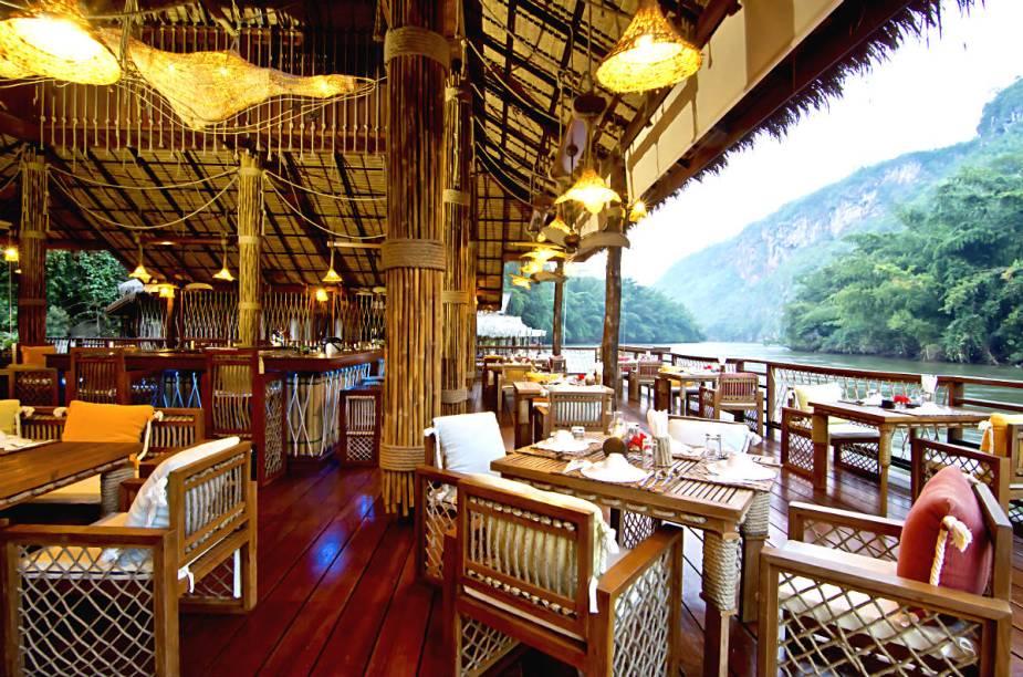 Todos os chalés foram construídos com bambu e a tradicional madeira chamada teak.