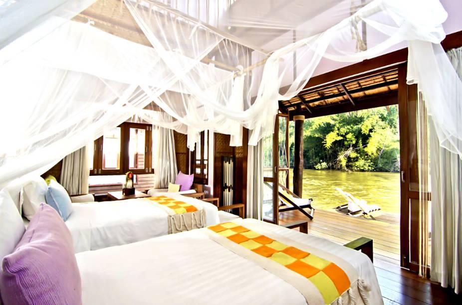 """Composto por 18 elegantes chalés na beira do Rio Kwai, na província tailandesa de Kanchanaburi, o <a href=""""http://www.booking.com/hotel/th/the-floathouse-river-kwai.pt-br.html?aid=332455&label=viagemabril-hoteisflutuantes"""" rel=""""Float House"""" target=""""_blank"""">Float House</a> é um dos hotéis mais exóticos entre os """"hotéis flutuantes"""" pelo mundo."""