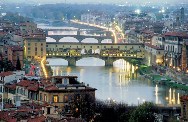 <strong>Anoitecer sobre o Arno </strong>Não há nada que ainda não tenha sido dito sobre a beleza de Florença. Muitas vezes, diante de obras-primas da criação humana, o espetáculo da natureza acaba ficando em segundo plano, mas em Florença ele compete de igual para igual com o rico patrimônio artístico Um passeio pelas margens do Arno ao cair da tarde - especialmente nos belos dias de primavera, quando o céu adquire uma luminosidade especial e as luzes pouco a pouco se acendem iluminando Ponte Vecchio - compõe uma imagem mágica que dificilmente será esquecida.