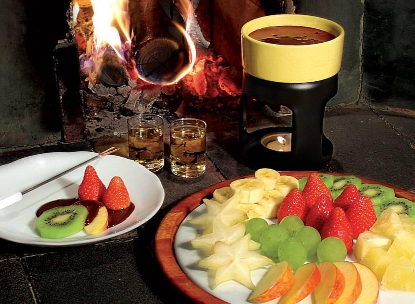 """<a href=""""http://viajeaqui.abril.com.br/estabelecimentos/br-sp-sao-paulo-restaurante-florina"""" rel=""""Florina, São Paulo (SP)""""><strong>Florina, São Paulo (SP)</strong></a><br />    Os queijos gruyère, emmental e schabziger dão sabor acentuado à receita herbes de Glaris, um dos destaques do romântico restaurante, com luz baixa e jardim de inverno. O cardápio da família Häfeli inclui fondues suíças, como o emincé de veau, um picadinho de vitela com cogumelos e batata rosti, além da tradicional de chocolate com frutas frescas (foto). <em>R. Cristóvão Pereira, 1220 (Campo Belo), (11) 5041-5740</em>"""