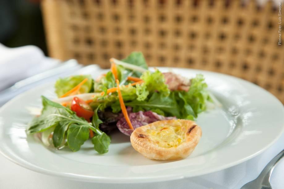 """<a href=""""http://viajeaqui.abril.com.br/estabelecimentos/br-sp-sao-paulo-restaurante-florina"""" rel=""""Florina"""" target=""""_blank""""><strong>Florina</strong></a>No Restaurant Week 2014, o Florina só oferece cardápio de jantar. Na entrada, uma das opções é a tortinha de alho-poró com salada verde"""