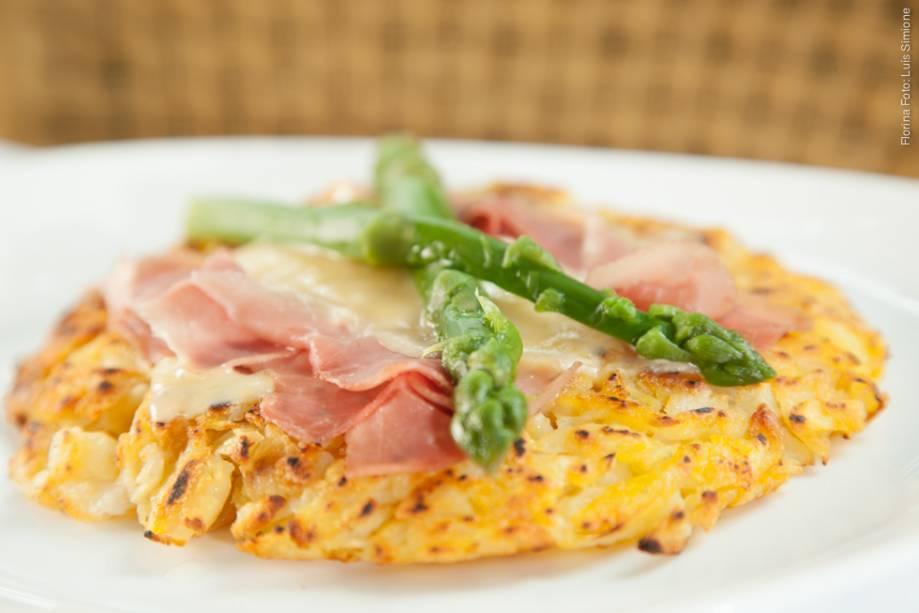 """<a href=""""http://viajeaqui.abril.com.br/estabelecimentos/br-sp-sao-paulo-restaurante-florina"""" rel=""""Florina"""" target=""""_blank""""><strong>Florina</strong></a>Além do fricassê de frango, o outro prato principal é rösti coberto com raclette gratinado, presunto cru e aspargos verdes"""