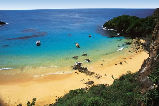 Presença certa em qualquer lista que envolva as praias mais bonitas do Brasil, o acesso à Baía do Sancho pode ser feito de bugue, caminhonete ou barco
