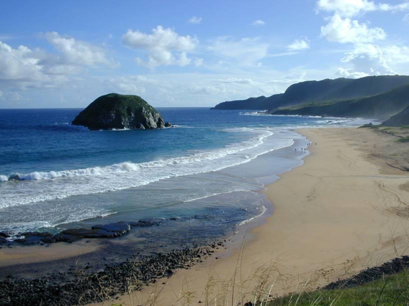 A Praia do Leão, uma das mais desertas de Noronha, e Ilha do Morro do Leão