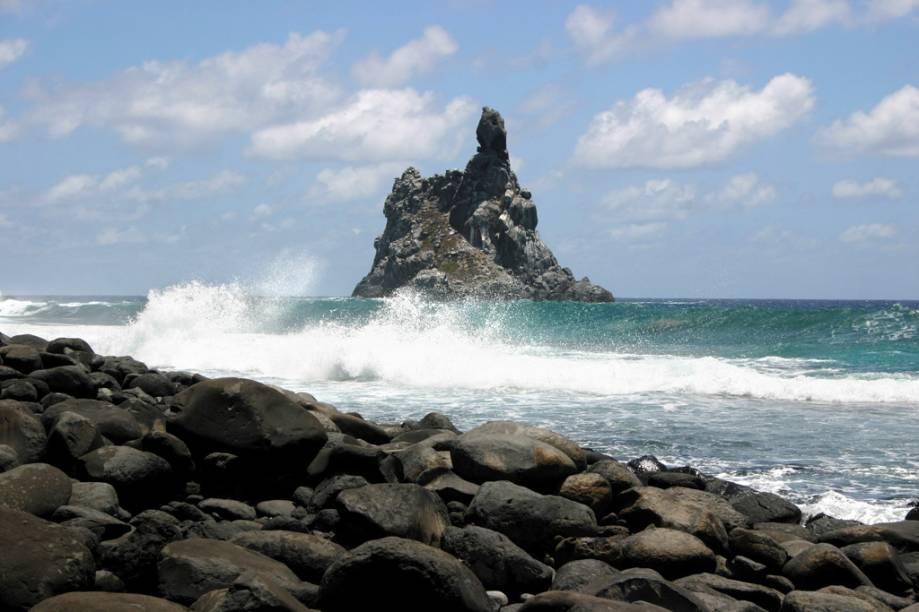 """<strong>Parque Nacional Marinho de Fernando de Noronha (PE)</strong>O Parque Nacional Marinho de <a href=""""http://viajeaqui.abril.com.br/cidades/br-pe-fernando-de-noronha"""">Fernando de Noronha</a> cobre 70% arquipélago e inclui umas das praias mais bonitas do Brasil como a do Leão e da Atalaia, além das <a href=""""http://viajeaqui.abril.com.br/estabelecimentos/br-pe-fernando-de-noronha-atracao-praia-da-baia-dos-porcos"""">baías dos Porcos</a>, <a href=""""http://viajeaqui.abril.com.br/estabelecimentos/br-pe-fernando-de-noronha-atracao-praia-da-baia-do-sancho"""">do Sancho</a> e <a href=""""http://viajeaqui.abril.com.br/estabelecimentos/br-pe-fernando-de-noronha-atracao-baia-dos-golfinhos"""">dos Golfinhos</a>. Há uma restrição de entrada de apenas 450 visitantes por dia neste paraíso das águas cristalinas, ótimas para mergulho. Além disso, é preciso pagar uma taxa de preservação por dia. Além de nadar ao lado de peixes, moreias, tartarugas e outras espécies marinhas, o visitante pode fazer caminhadas pelas trilhas e passeios de barco – que geralmente permitem avistar golfinhos"""