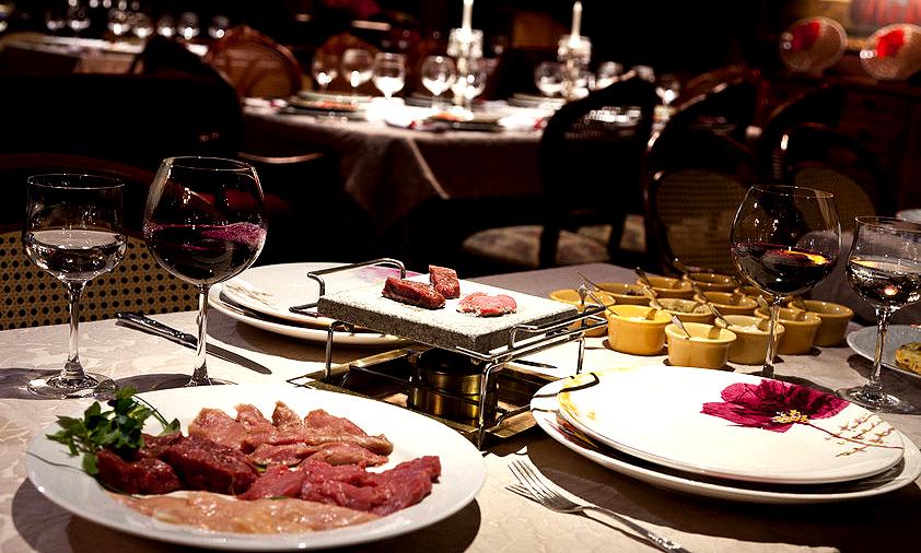 """Um dos restaurantes estrelados da cidade, o <a href=""""http://viajeaqui.abril.com.br/estabelecimentos/br-rs-gramado-restaurante-belle-du-valais"""" rel=""""Belle du Valais"""" target=""""_self"""">Belle du Valais</a>, tem um ótimo fondue de carne na pedra - bom pra ser apreciado com um bom vinho"""