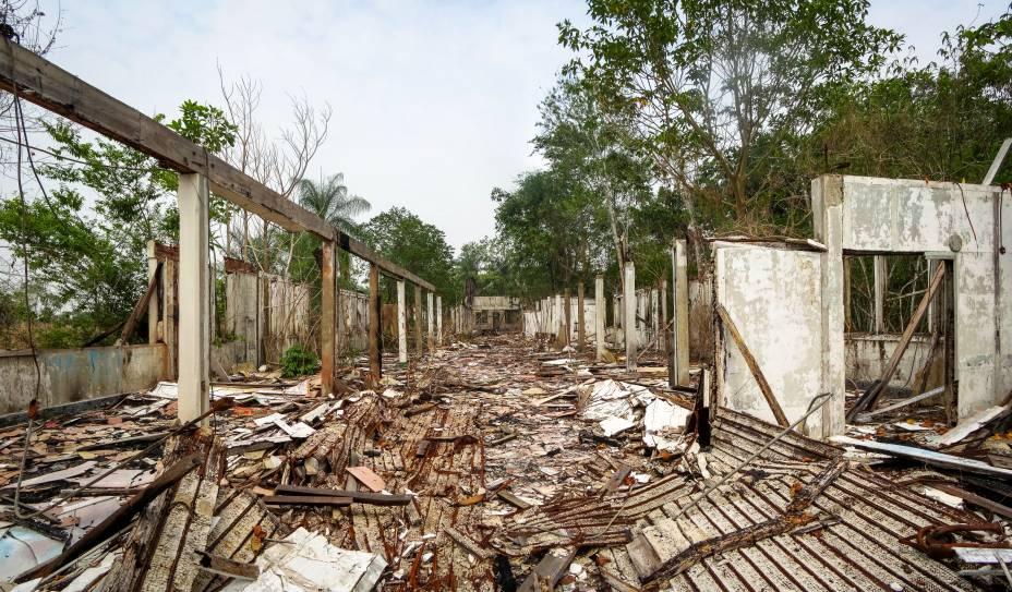 """<strong>Fordlândia, <a href=""""http://viajeaqui.abril.com.br/estados/br-para"""" rel=""""Pará"""" target=""""_blank"""">Pará</a></strong>    O objetivo da construção da cidade até que foi nobre: na década de 1920, Henry Ford viu no <a href=""""http://viajeaqui.abril.com.br/paises/brasil"""" rel=""""Brasil"""" target=""""_blank"""">Brasil</a> um grande potencial de investimento e tentou erguer uma cidade com o propósito de servir aos interesses de sua empresa. A ideia era tranformar a região amazônica em uma segunda Detroit, cidade americana onde o automobilismo é a indústria principal. O problema é que a propriedade adquirida pelo empresário, comprada de um cafeicultor e localizada às margens do Rio Tapajós, ficava localizada em uma região muito montanhosa e que dificultava o cultivo de seringueira, árvore de onde é extraída a materia-prima da borracha. Somando isso à insatisfação dos trabalhadores, o projeto falhou e foi abandonado. Até hoje, ao passear pela região, o turista pode se deparar com muitas de suas instalações destruídas e consumidas pelo tempo"""