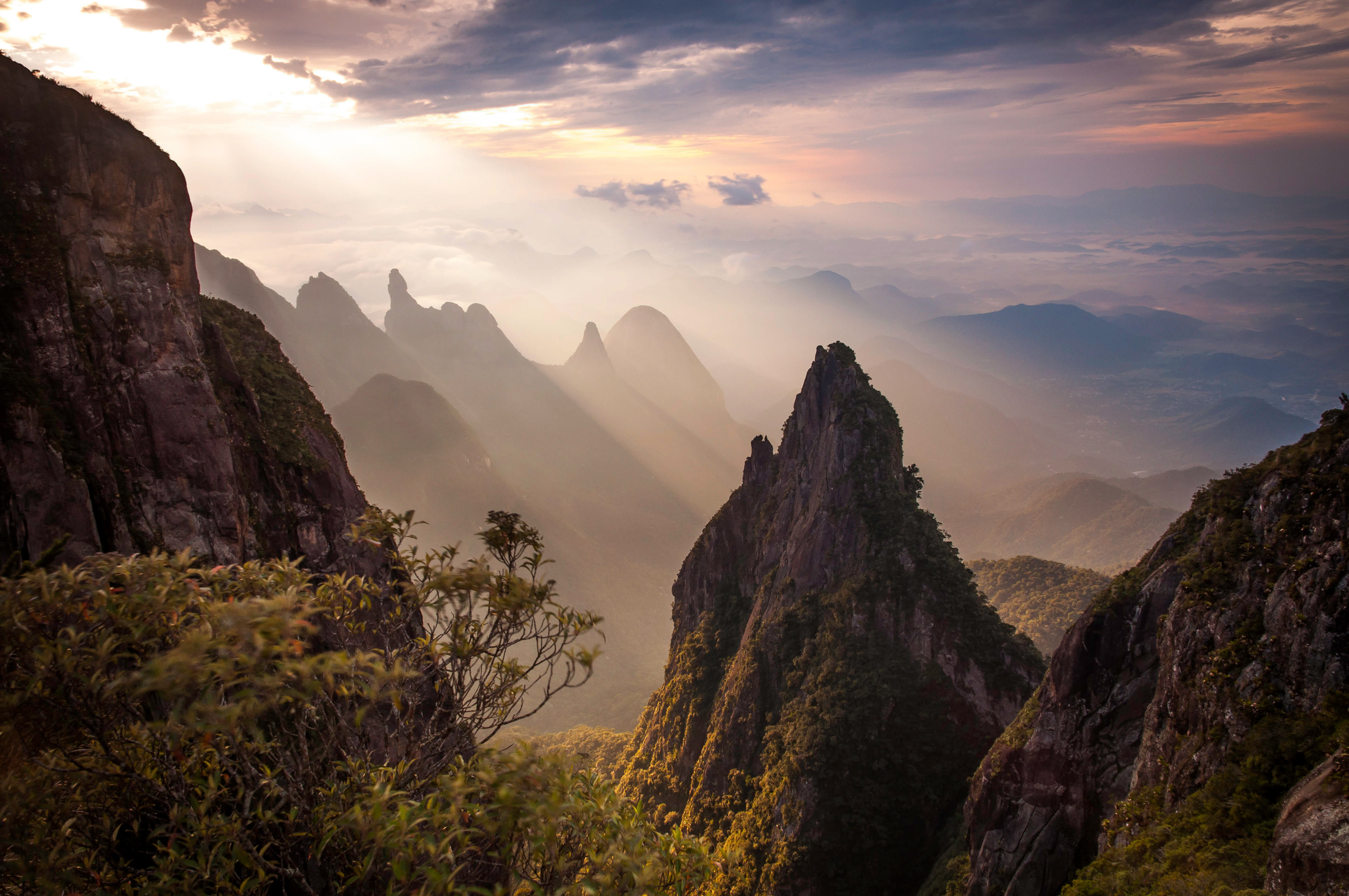 Formações rochosas e o pico Dedo de Deus ao fundo, no Parque Nacional da Serra dos Órgãos, Estado do Rio de Janeiro, Brasil