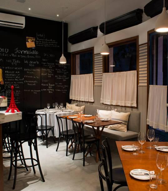 """<strong>7. <a href=""""http://www.formidablebistrot.com.br/"""" rel=""""FORMIDABLE"""" target=""""_blank"""">FORMIDABLE</a> </strong>(450 m)Pedro de Artagão ganhou notoriedade trabalhando na cozinha do Laguiole, o restaurante do <a href=""""http://viajeaqui.abril.com.br/estabelecimentos/br-rj-rio-de-janeiro-atracao-museu-de-arte-moderna-mam"""" rel=""""MAM"""" target=""""_blank"""">MAM</a>, mas bombou mesmo quando abriu o Irajá, na divisa de Botafogo com o Humaitá. Inaugurado em 2015, o Formidable é um empreendimento paralelo do chef (que tem ainda o Cozinha Artagão, no <a href=""""http://viajeaqui.abril.com.br/estabelecimentos/br-rj-rio-de-janeiro-atracao-shoppings"""" rel=""""BarraShopping"""" target=""""_blank"""">BarraShopping</a>). No menu, clássicos franceses com um toque contemporâneo, entre eles o foie gras no brioche com folhas e o atum bernaise.<em>Rua João Lira, 148 (Leblon), 2239-7632</em>"""
