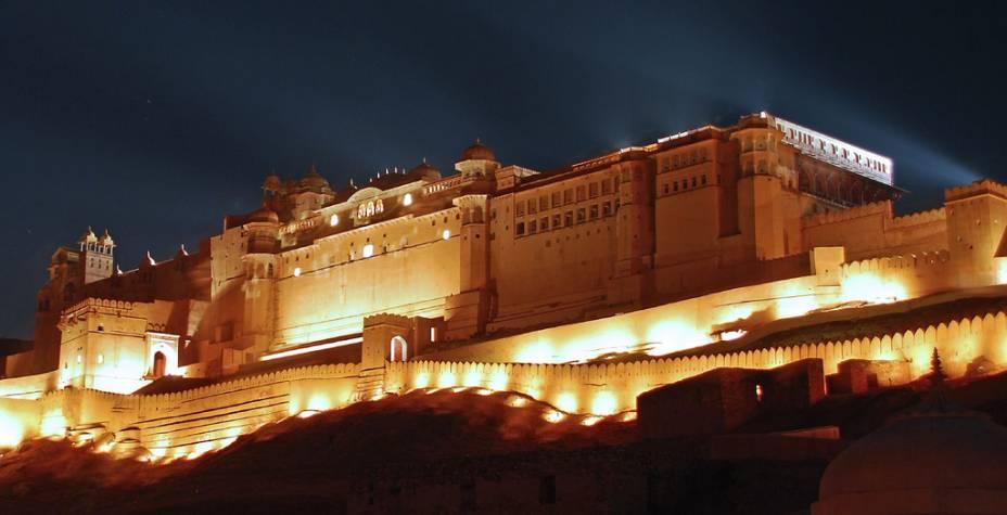 """<strong>Forte Amber, <a href=""""http://viajeaqui.abril.com.br/cidades/india-jaipur"""" rel=""""Jaipur"""" target=""""_blank"""">Jaipur</a>, <a href=""""http://viajeaqui.abril.com.br/paises/india"""" rel=""""Índia"""" target=""""_blank"""">Índia</a></strong>            Sobre a Cidade Rosada de <a href=""""http://viajeaqui.abril.com.br/cidades/india-jaipur"""">Jaipur</a>, no coração do deserto do Rajastão, um palácio dos sonhos domina as montanhas do entorno. O <a href=""""http://viajeaqui.abril.com.br/estabelecimentos/india-jaipur-atracao-forte-amber"""">Forte Amber</a>, um castelo construído no período mogol, era não somente um bastião defensivo, mas também uma magnífica morada para a corte dos nobres que dominavam a região"""