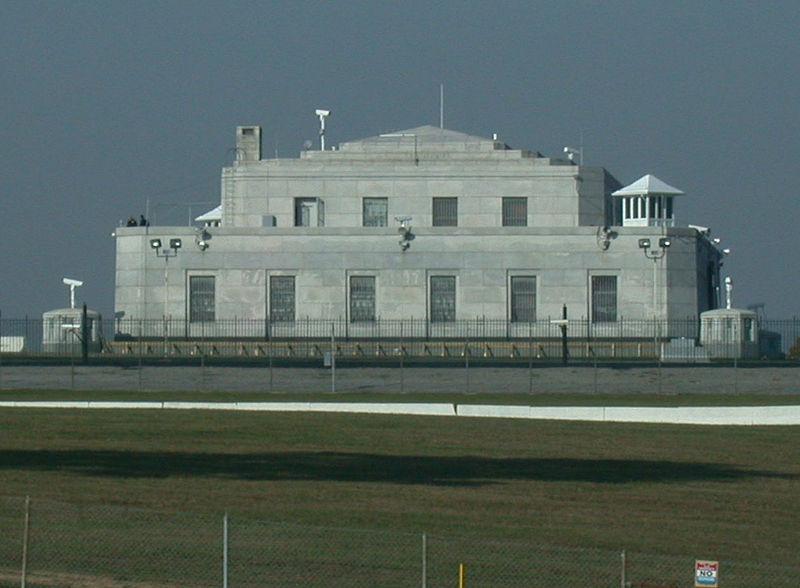 """<strong>Fort Knox, Kentucky, <a href=""""http://viajeaqui.abril.com.br/paises/estados-unidos"""" rel=""""Estados Unidos"""" target=""""_blank"""">Estados Unidos</a></strong>        Se há um lugar protegido no mundo, este é o lendário Forte Knox, no estado americano de Kentucky. Dentro desta antiga fortificação construída durante a Guerra Civil Americana está boa parte das reservas de ouro do país. Tal é seu nível de segurança que já foi utilizado para guardar a Magna Carta britânica, os originais da Declaração de Independência e Constituição dos <a href=""""http://viajeaqui.abril.com.br/paises/estados-unidos"""">Estados Unidos</a>, exemplares da Bíblia de Gutenberg e as joias da coroa da <a href=""""http://viajeaqui.abril.com.br/paises/hungria"""" rel=""""Hungria"""" target=""""_blank"""">Hungria</a>, resguardadas dos ocupantes soviéticos. O forte é área militarizada e não são permitidas visitas"""