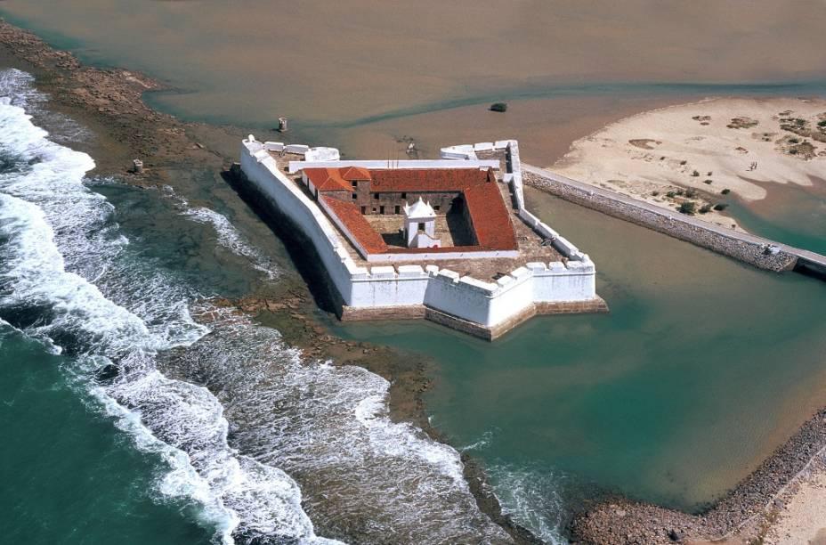 O Forte dos Reis Magos, em forma de estrela, foi construído sobre recifes com cascalho de ostras, areia, pedras e óleo de baleia.