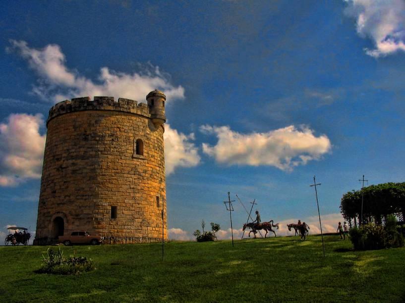 """Torre """"espanhola"""" junto ao restaurante Mesón de Quijote, em Varadero"""